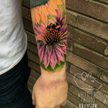 Studio tatuażu Warszawa Krzysztof Jakubowski tatuaż pszczółka