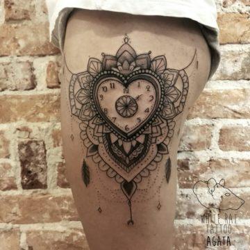 studio-tatuazu-warszawa-agata-kacperczyk-tatuaz-zegar-mandala