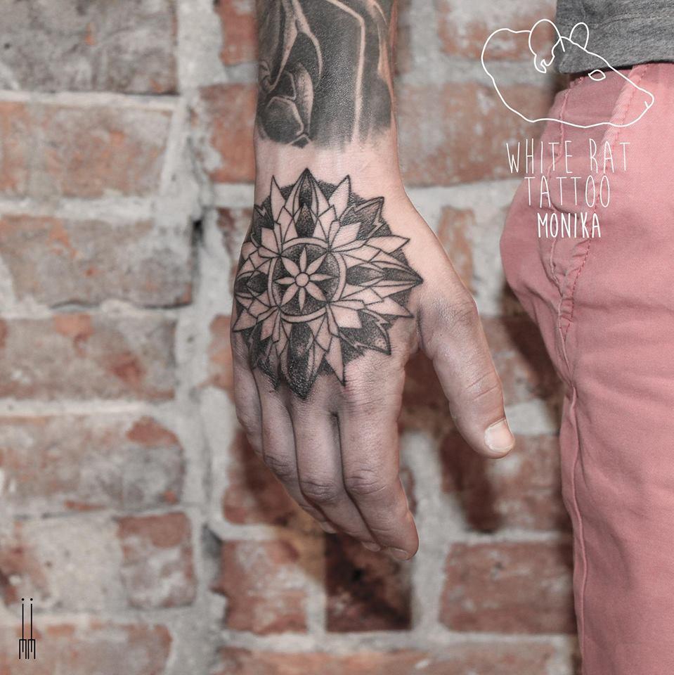 Studio Tatuażu Warszawa Monika Michniewicz Tatuaż Na Dłoni