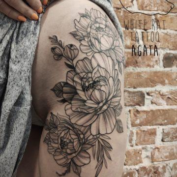 Agata Kacperczyk Studio Tatuażu Warszawa White Rat Tattoo Tatuaż Kwiaty na Biodrze