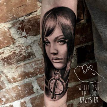 Krzysztof Jakubowski Studio Tatuażu Warszawa White Rat Tattoo Tatuaż Kobieta Kompas