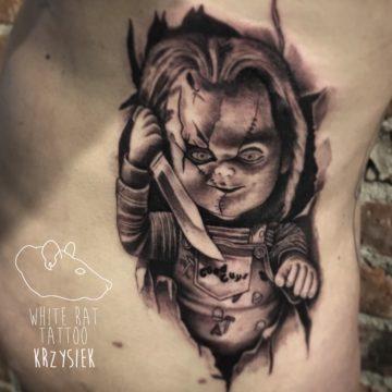 Krzysztof Jakubowski Studio Tatuażu Warszawa White Rat Tattoo Tatuaż Laleczka Chucky