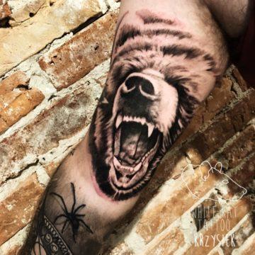 Krzysztof Jakubowski Studio Tatuażu Warszawa White Rat Tattoo Tatuaż Niedźwiedz