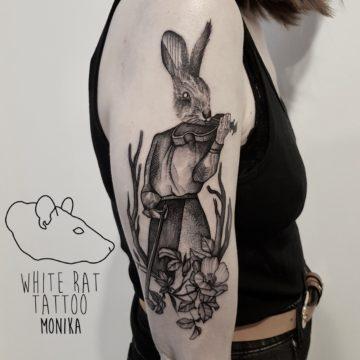 Monika Michniewicz Studio Tatuażu Warszawa White Rat Tattoo Tatuaż Zając Skrzypce
